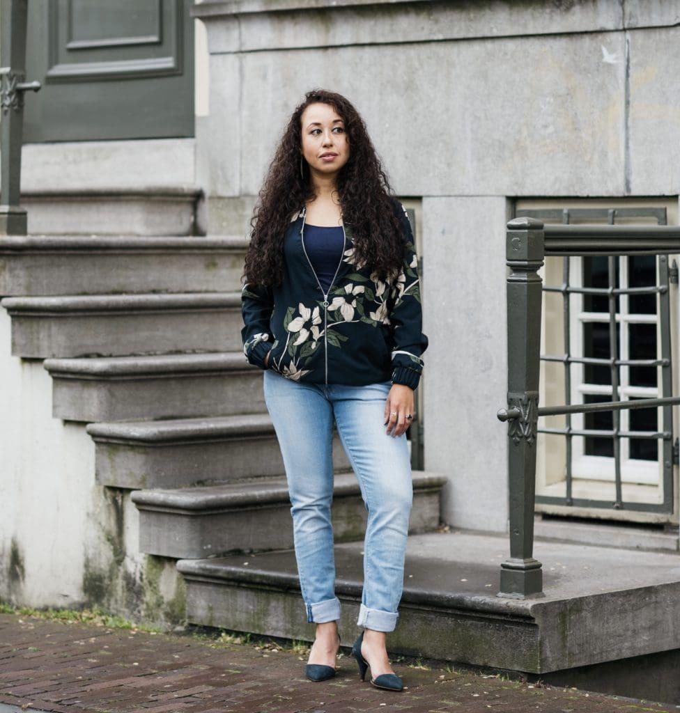 In dit artikel vind je een eerlijke outfit die is samengesteld uit een bomberjack Lena de Liberary en Mud Jeans