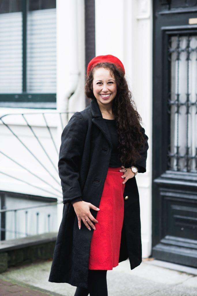 In deze blog toon ik een fair fashion outfit die bestaat uit een vintage jas & rok en rode details (sustainable fashion)